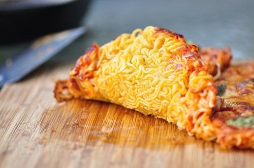 Công thức làm bánh pizza - đế bánh làm từ mì gói thơm ngon